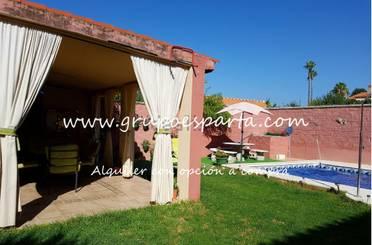 Casa adosada de alquiler con opción a compra en Calle Nazaríes, Espartinas